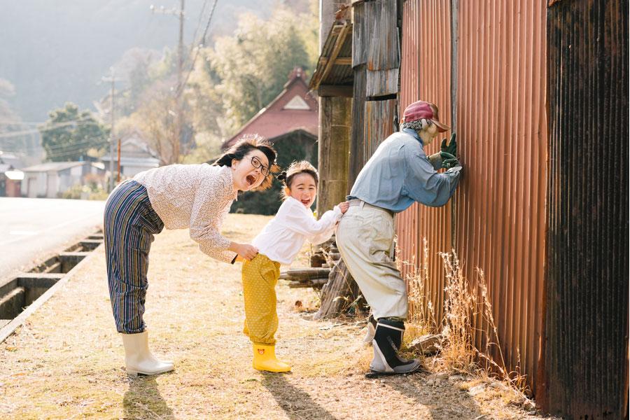 手作りもんぺや腕抜き、麦わら帽子、長靴などの衣装を着てかかしと撮影。里の住人になりきって楽しめる