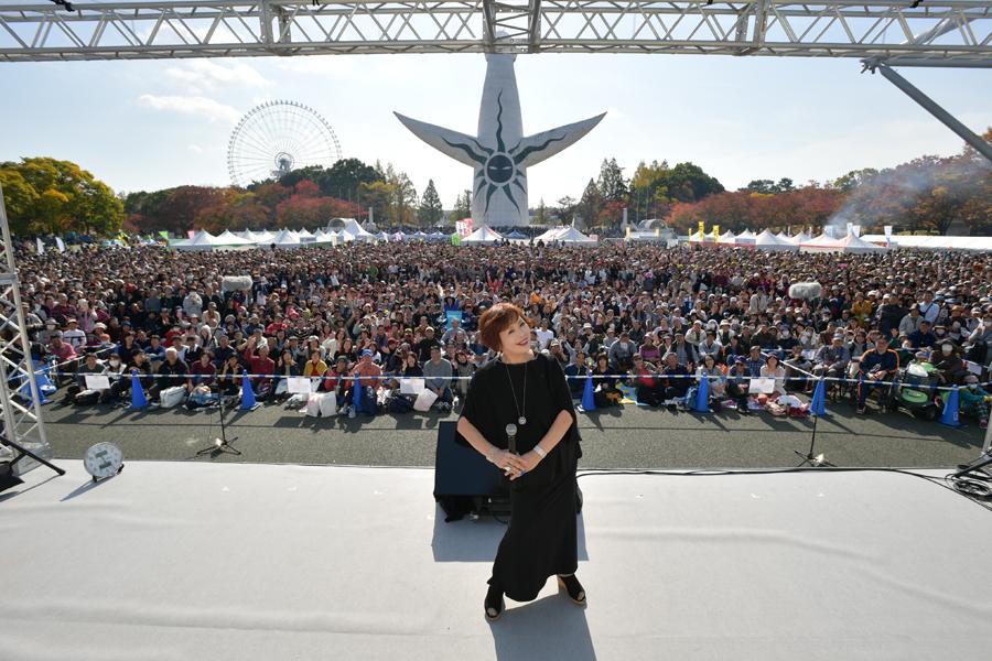 集まった3万5千人の観客と記念撮影する上沼恵美子(17日・大阪府吹田市)