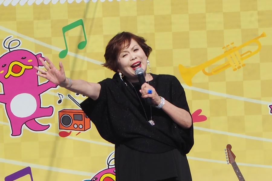 昨年11月に「万博記念公園」のお祭り広場ステージで『時のしおり』を熱唱する上沼恵美子(17日・大阪府吹田市)