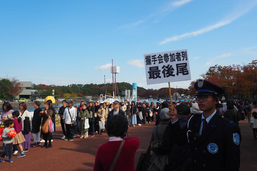 2000枚が完売、握手会には長蛇の列ができた(17日・大阪府吹田市)