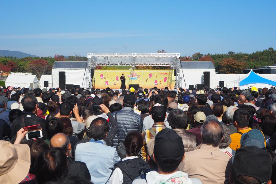 上沼恵美子のステージを見ようと多くの人が訪れた(17日・大阪府吹田市)