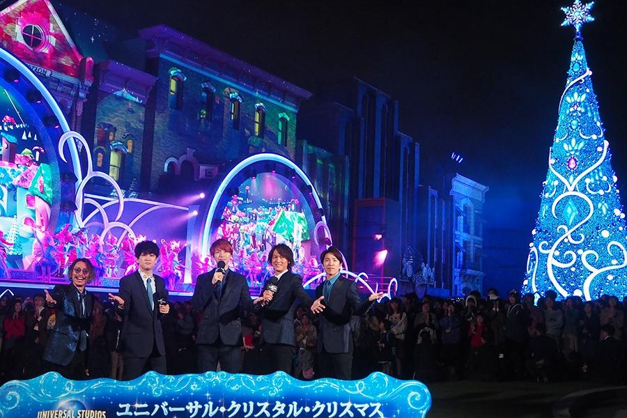 ダブルでギネス世界記録に認定されたクリスマスツリーをバックにポーズを決める関ジャニ∞(13日・大阪市内)