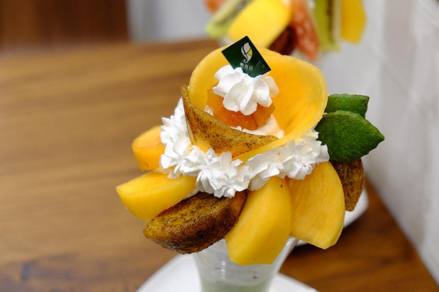 「太秋柿」「紀の川柿」「平種無柿」と、半生のドライフルーツ・あんぽ柿。ほうじ茶アイスなどと組み合わせて、和なパフェに