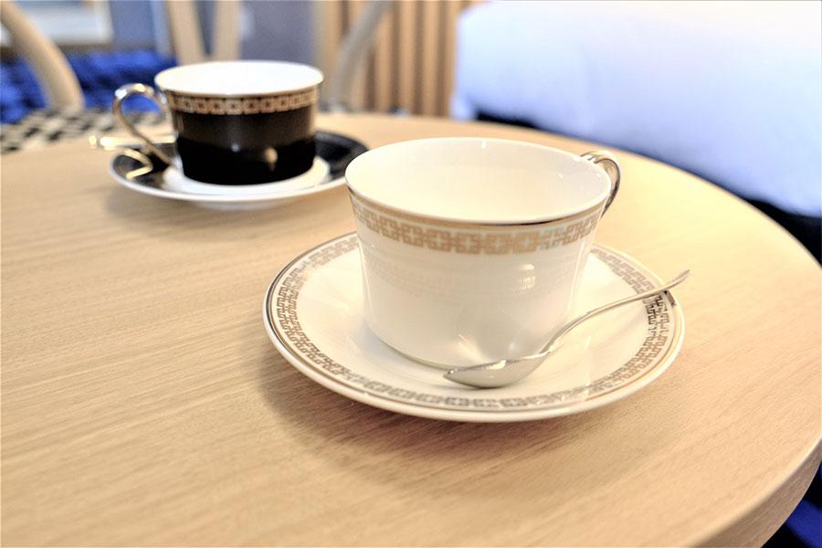 角つなぎがモチーフのコーヒーカップも。ノリタケの特注でホテルでも購入可能