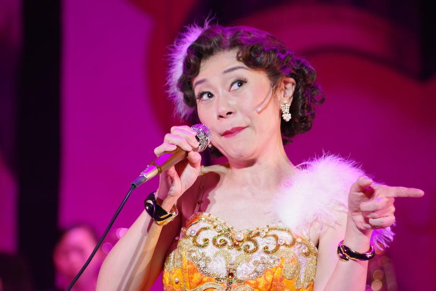 舞台『SIZUKO QUEEN OF BOOGIE』のステージでおちゃめな表情を見せる神野美伽(11月22日・TTホール)