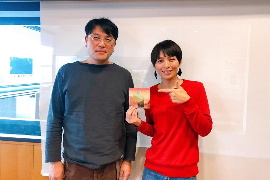 FM OH!『LOVE FLAP』にゲスト出演したKIRINJIの堀込高樹(左)とDJの川崎亜沙美(28日・大阪市内)