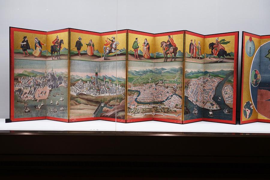 『神戸市立博物館名品展-まじわる文化、つなぐ歴史、むすぶ美-』より。重要文化財 「四都図・世界図屛風」江戸時代、17世紀初期