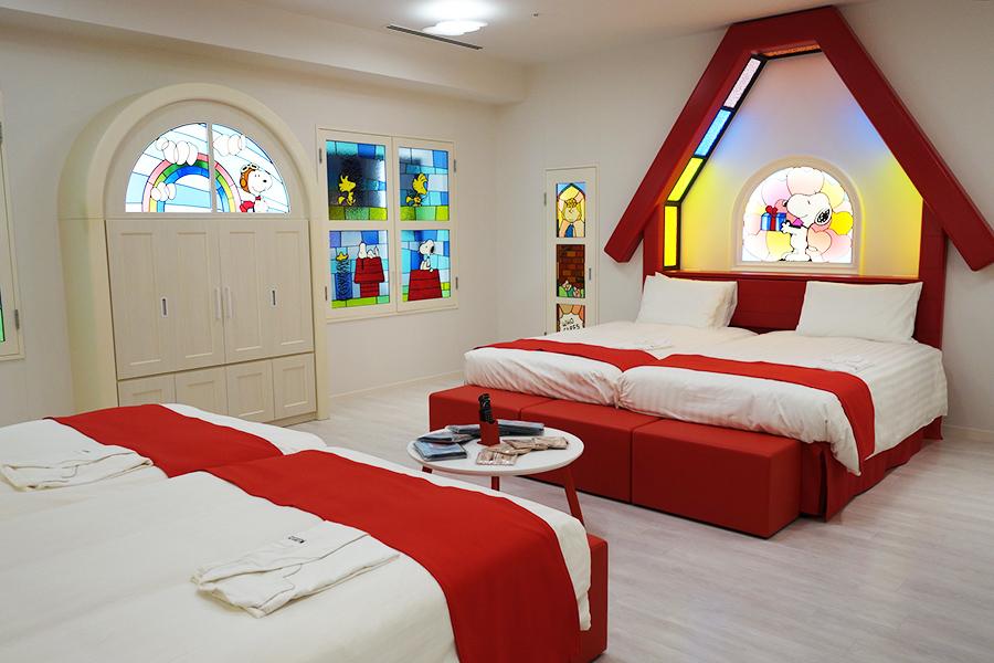 「スヌーピー・ハウス・ルーム」の部屋にはカラフルなステンドグラス