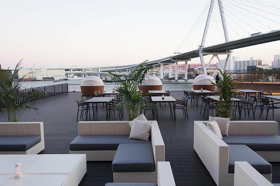 安治川を望むテラス、レストランのコーヒーなどを楽しむことができる