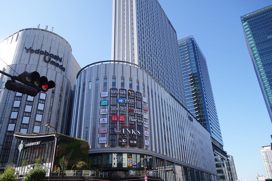 ヨドバシ梅田タワーの南側が、ヨドバシカメラ マルティメディア梅田。9〜35階はホテル阪急レスパイア大阪