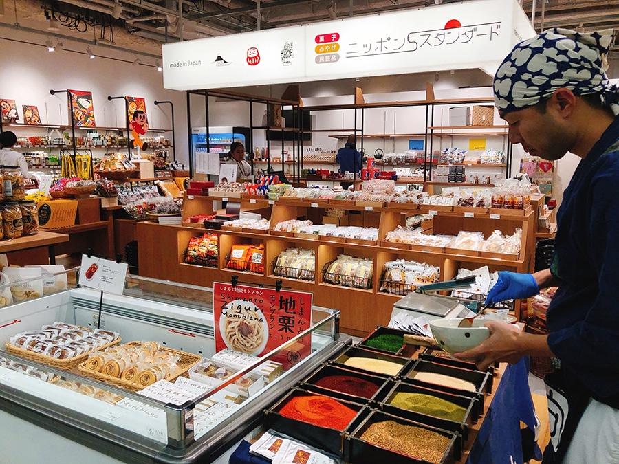 ご当地物産店「ニッポンスタンダード」。実演販売するのは、七味でおなじみの「向井珍味堂」(大阪市平野区)
