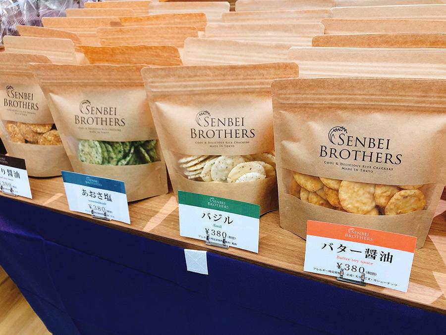 東京で人気の「せんべいブラザーズ」の商品は、トリュフ塩味、バジル味などユニークなものがそろう(ニッポンスタンダード)