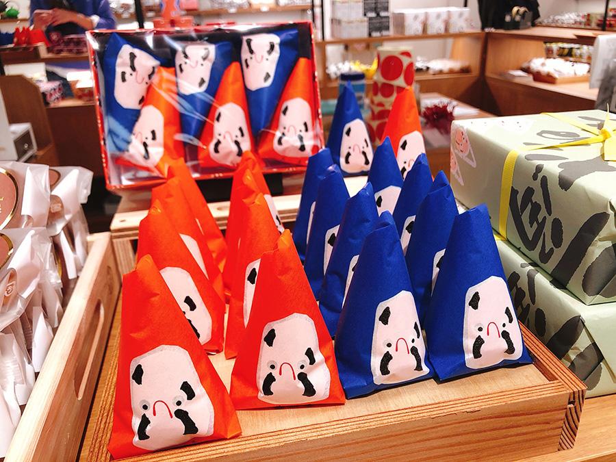 民芸菓子「三角だるま」は新潟県の「最上屋」の商品。紫蘇あんがめずらしい(ニッポンスタンダード)