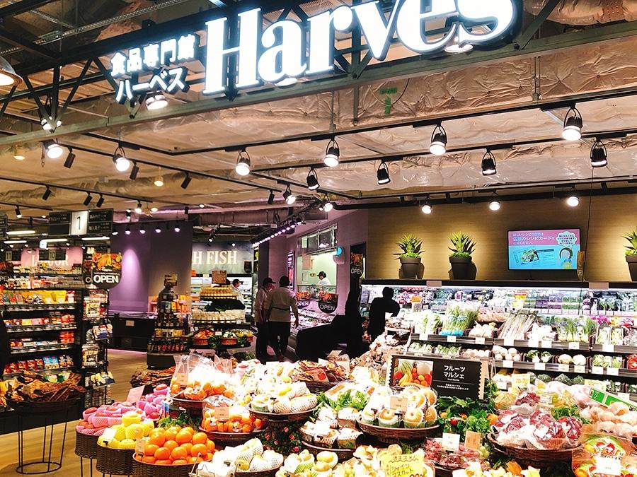 スーパーマーケット「食品専門館ハーベス」。惣菜の量り売りをお弁当にできるコーナーも