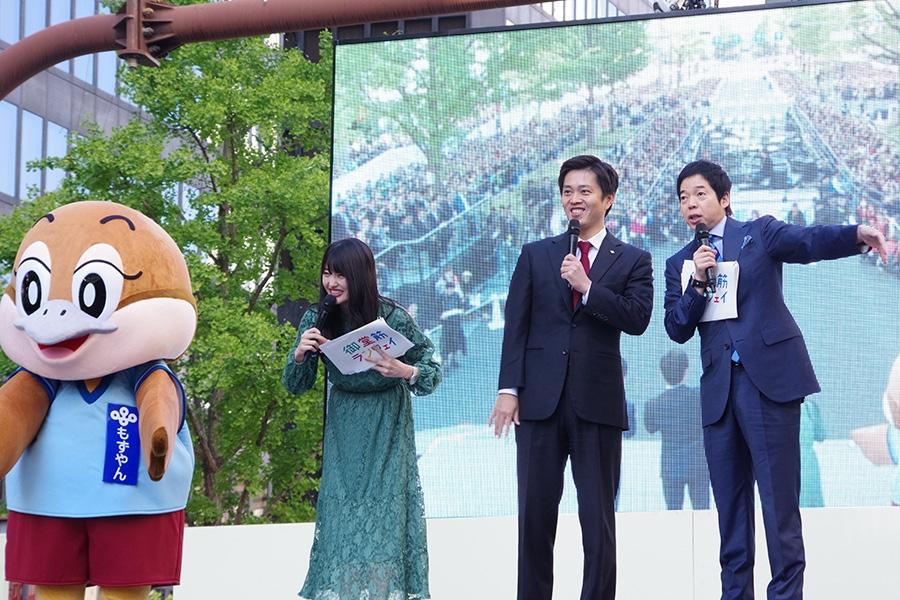 左から、もずやん、MCの小寺真理、大阪・吉村洋文知事、MCの今田耕司(4日・大阪市内)