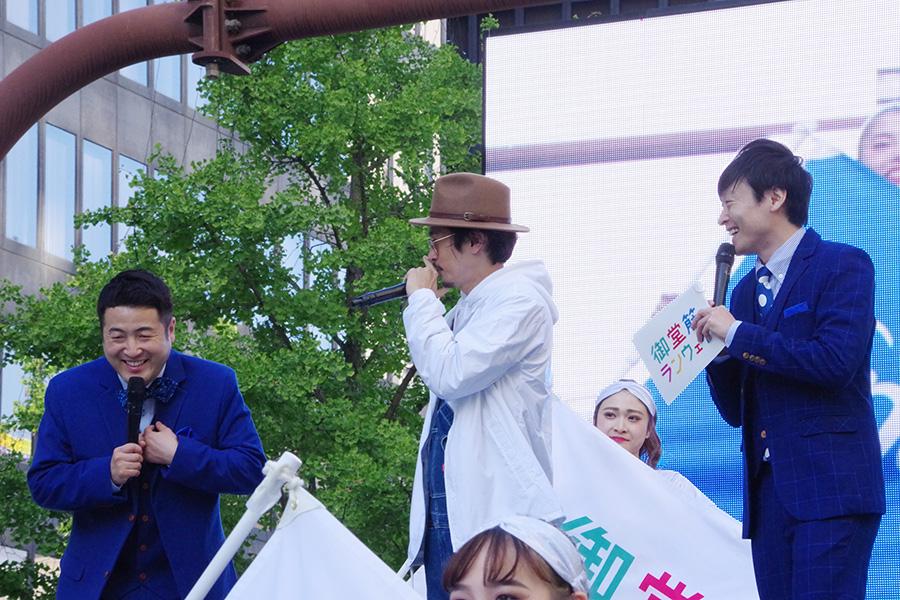 トークセッションをおこなう窪塚洋介(中央)とお笑いコンビ・和牛(4日・大阪市内)