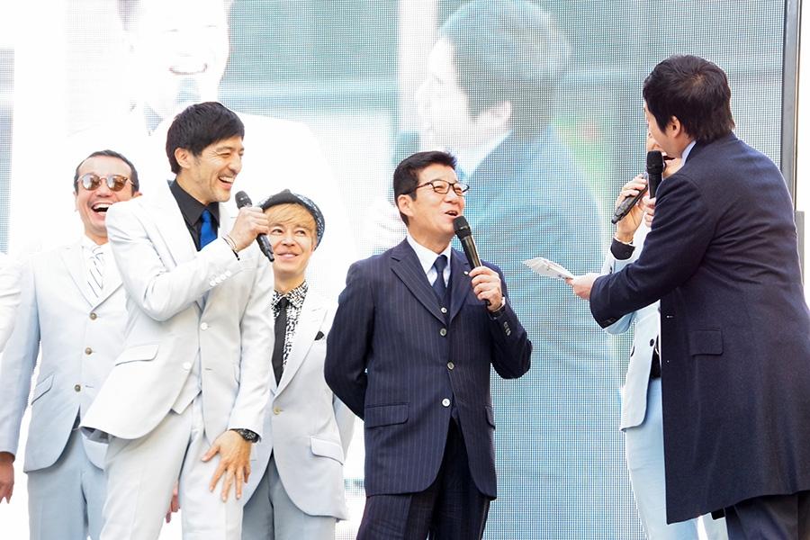 大阪市・松井一郎市長(中央)と総合MCの今田耕司(4日・大阪市)