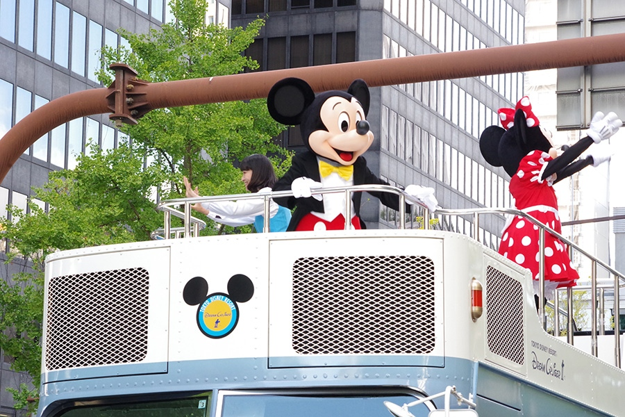 大阪・御堂筋でスペシャルパレードをおこなったミッキーマウスら(4日・大阪市内)