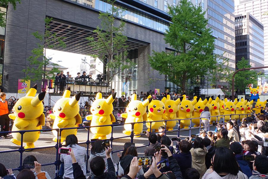 大阪・御堂筋で大行進をおこなった人気キャラクター・ピカチュウ(4日・大阪市内)