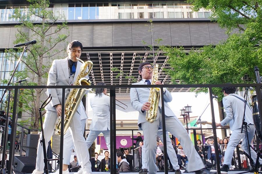 大阪・御堂筋でスペシャル路上ライブをおこなった東京スカパラダイスオーケストラ(4日・大阪市内)
