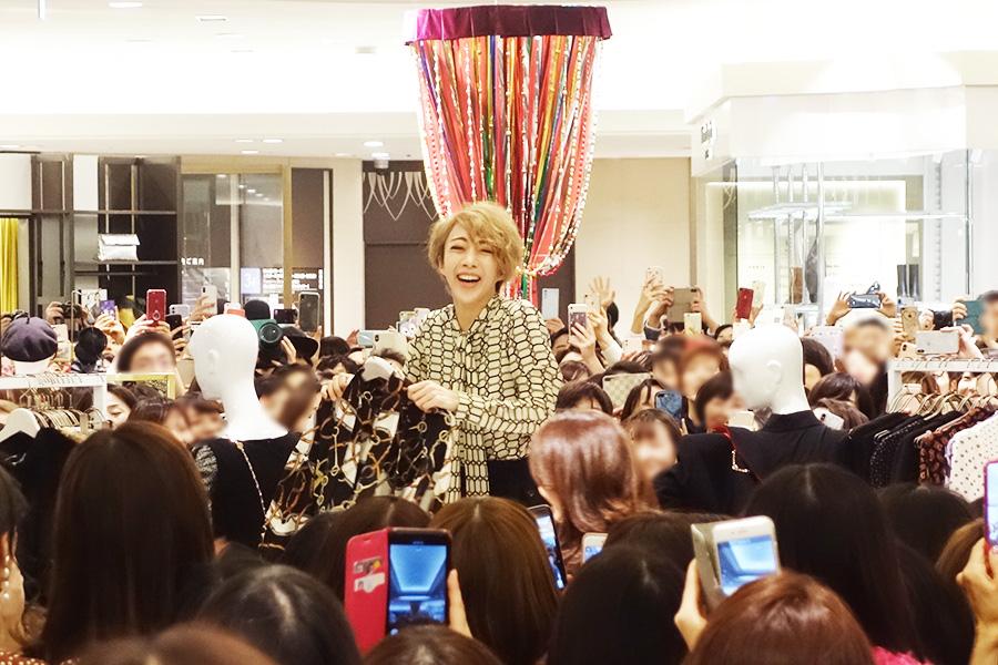 「阪急うめだ本店」の3階「D.エディット」に登場した美弥。イベント後は、着用している服やセレクトした服をチェックするファンも