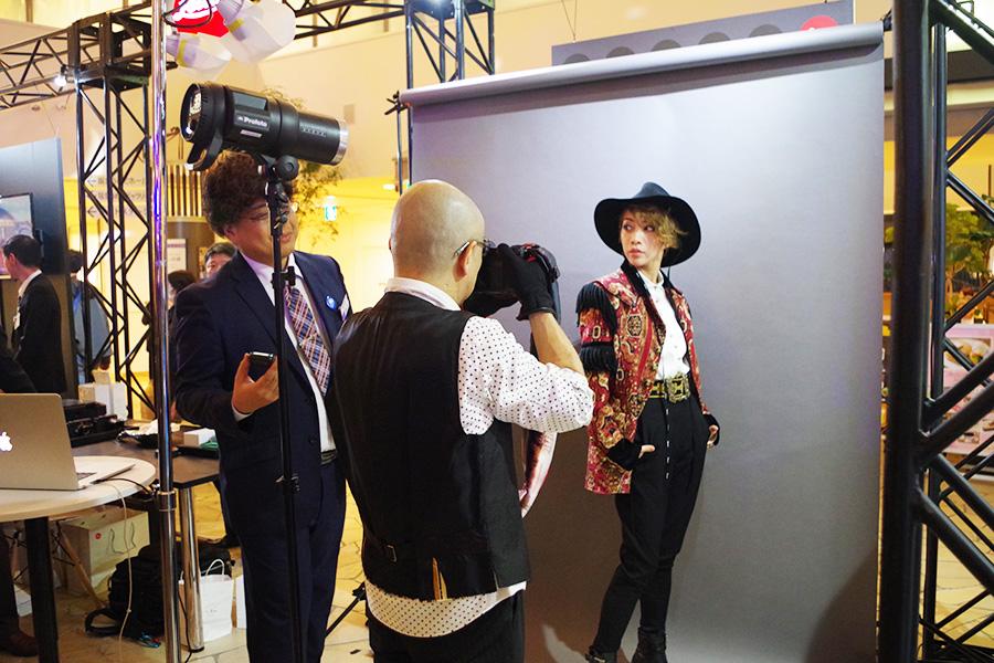 「ライカ」ブースでは、写真撮影のほか、商品を試すこともできる