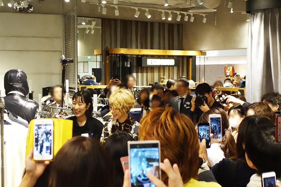 「阪急メンズ館」2階の「ガラージュ D.エディット」に登場。こちらにも大勢の人々が集まった