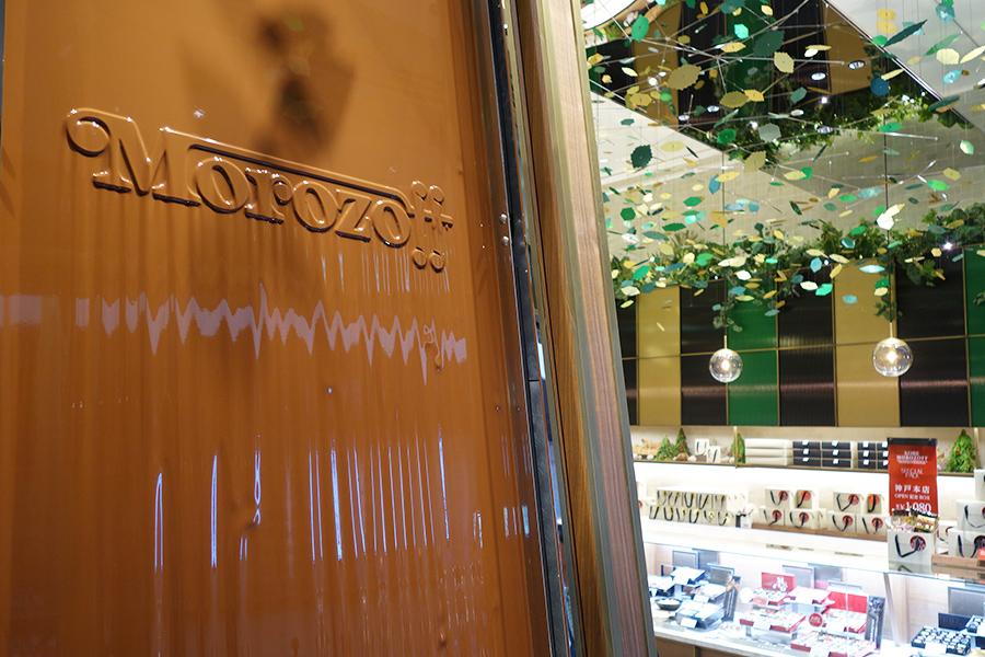 チョコレートの香りが漂う「チョコレートの滝」。看板商品であるファヤージュのモビールが天井に揺らめく