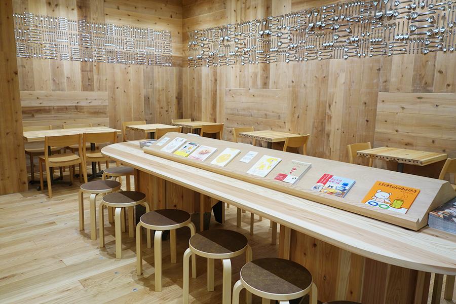「京都 クグロフ家」のカフェスペース。焼きクグロフセット(3個、ドリンク付き)490円