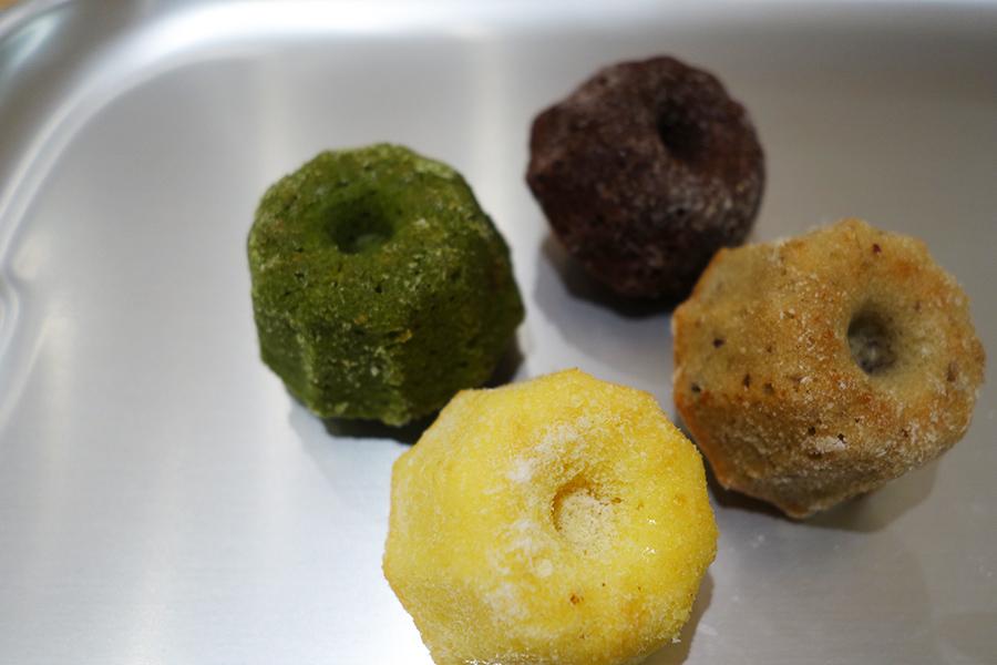 「京都 クグロフ家」のミニサイズのクグロフ。抹茶やチョコ、バナナなど、1個から購入できるのがうれしい