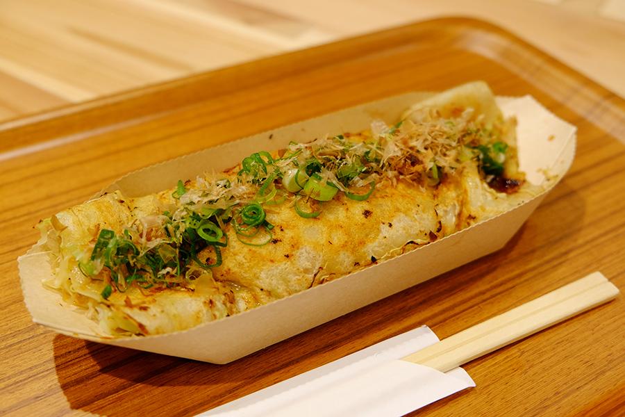 特製醤油だれと京都の九条ネギをトッピングした「ロマン亭」のロマン焼き(280円)。大阪のかしみん焼きが好きな人はぜひ!