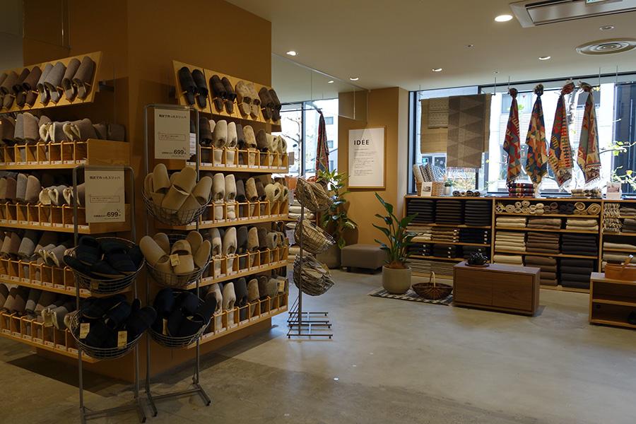 2階にはIDEEのコーナーのほか、家具などを販売