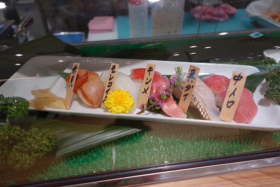 魚の売り場では、おまかせの寿司5貫で1000円
