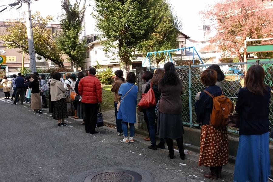 オープン前、平日にも関わらず約40名が並んだ(11月8日:奈良市内) 提供:ならしかの休日提供