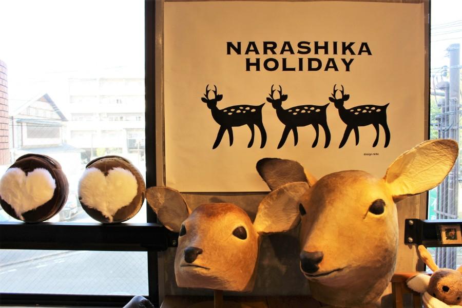 誰でも鹿気分になれる「鹿のかぶりもの」と、左は古墳クッション制作で知られる宇宙椅子さんの「鹿のおしりクッション」