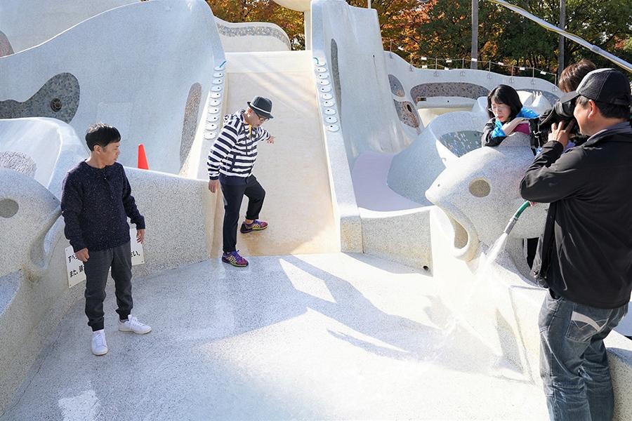 当時の滑り台の状況を再現する、岡村隆史(左)と円広志