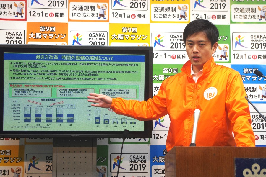 「残業するために申請ボタンを押さなければならないことは、ひとつの大きな壁を乗り越えることになる」と説明する吉村知事(11月27日・大阪府庁)