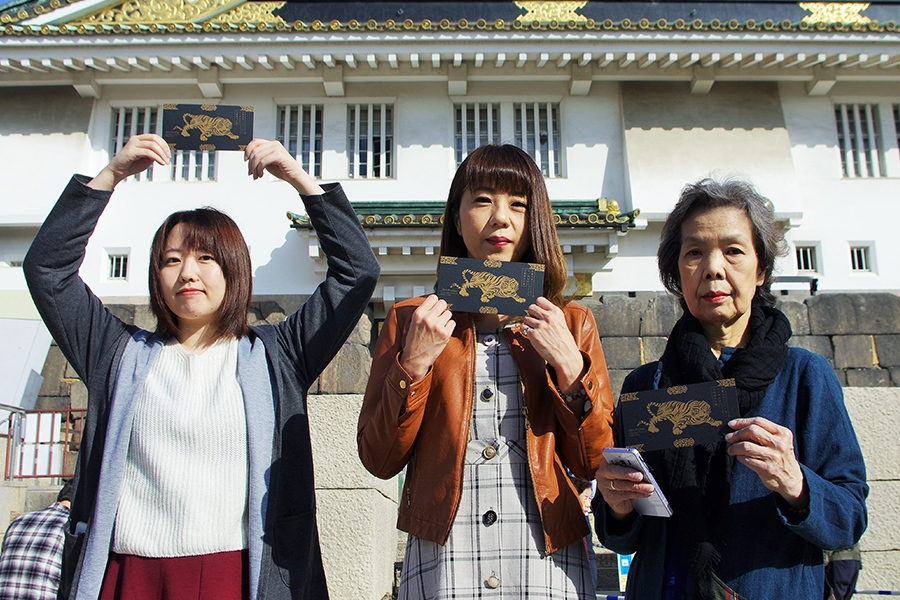 北海道から「大阪城天守閣」を訪れた女性3人組(左が榊さん)(7日・大阪市内)
