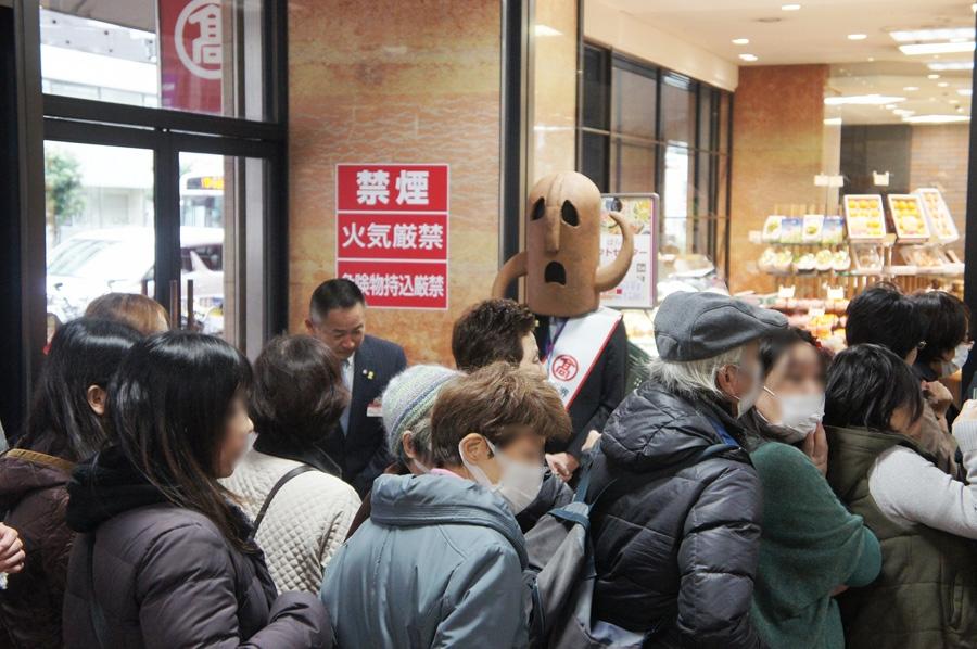 PR大使のハニワ部長も来店したお客さんたちをお出迎え(27日・高島屋堺店)