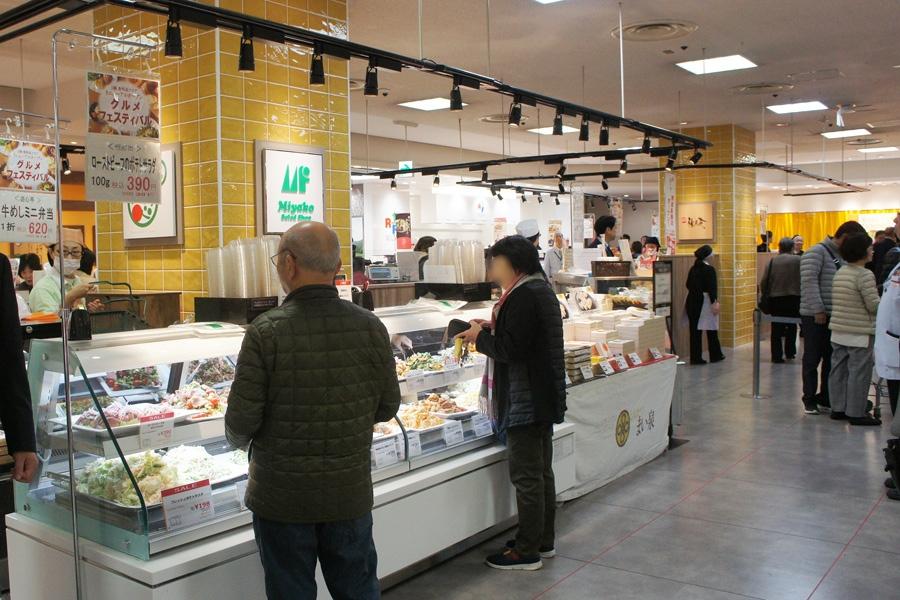 大規模リニューアルがおこなわれた「高島屋堺店」の1階食品フロア(27日・堺市)