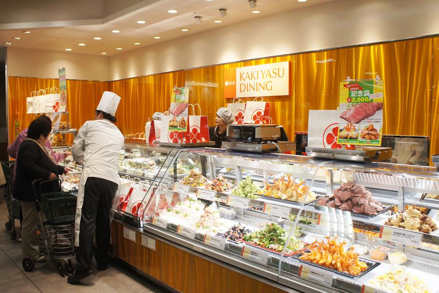 看板商品の「黒毛和牛 牛めし」など和洋中の惣菜やサラダを豊富に取りそろえる「柿安ダイニング」