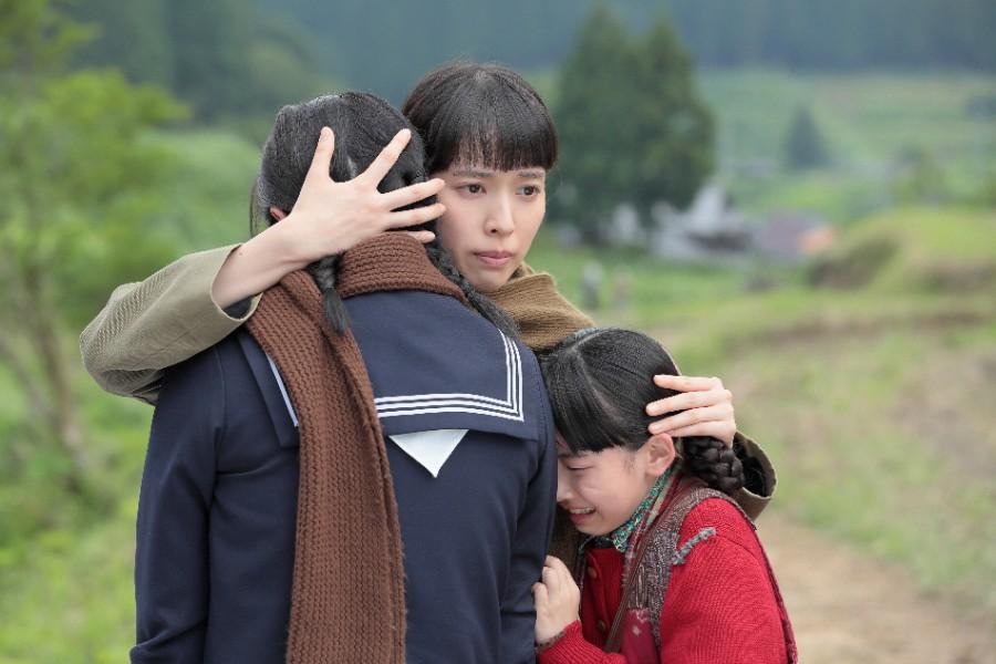 直子(桜庭ななみ)から家計が苦しいことを聞き、妹たちを抱きしめる喜美子(戸田恵梨香)©NHK