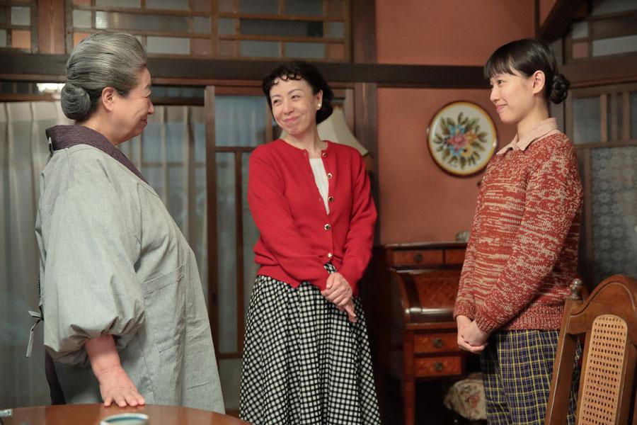 左から、大久保(三林京子)、さだ(羽野晶紀)、2人に決意を告げる喜美子(戸田恵梨香)©NHK