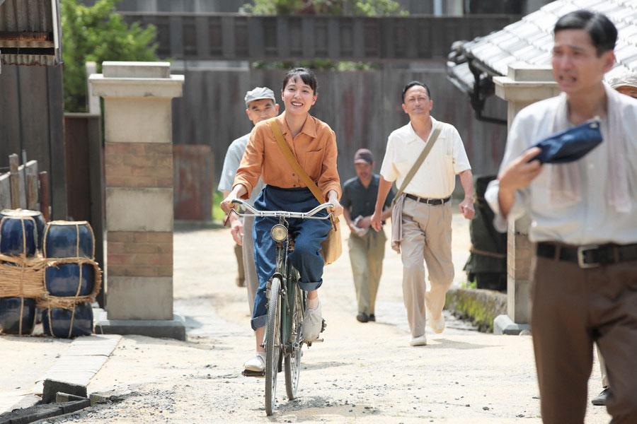 丸熊陶業の社員にあいさつをする21歳になった喜美子©NHK