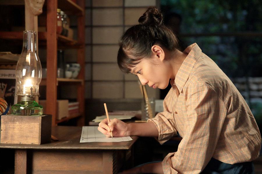 火鉢のデザインを考える喜美子(戸田恵梨香)©NHK