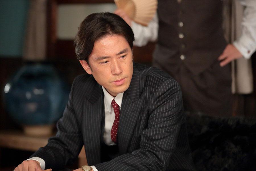 喜美子の会話に耳を傾ける照子の婿・敏春(本田大輔)©NHK