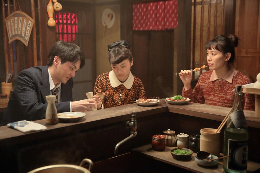 左から信作(林遣都)、照子(大島優子)、喜美子(戸田恵梨香)。店「あかまつ」にて照子から見合い結婚の話を聞く ©NHK