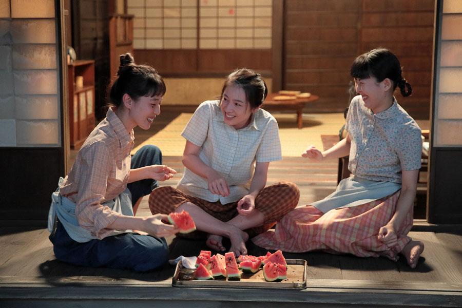第45回より、左から喜美子(戸田恵梨香)、直子(桜庭ななみ)、百合子(福田麻由子)。スイカを食べながら直子の就職先のことを話す三姉妹 ©NHK