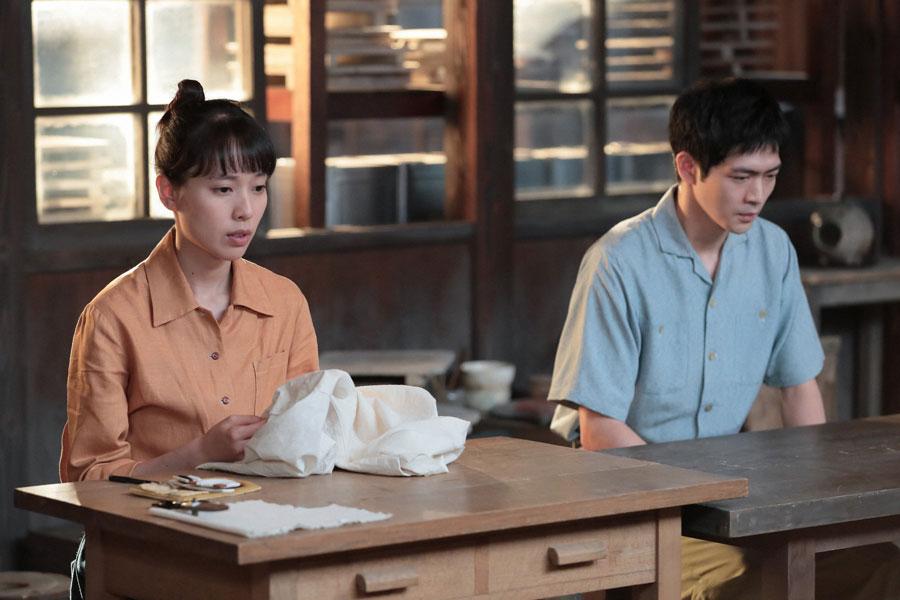 八郎(左、松下洸平)のシャツの当て布を直す喜美子(戸田恵梨香)©NHK