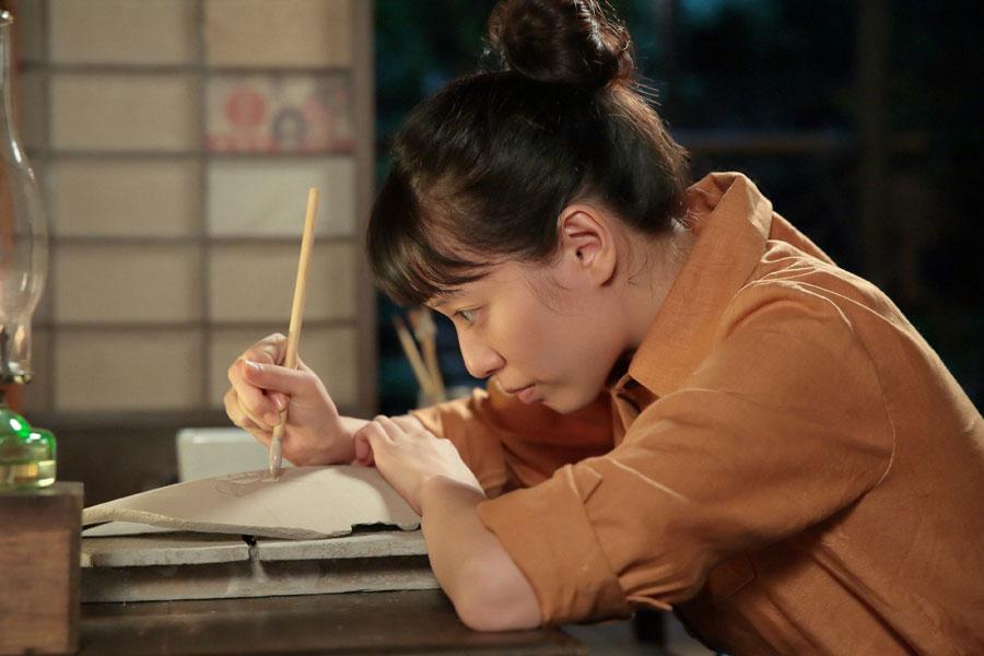 ある絵を描く喜美子(戸田恵梨香)©NHK